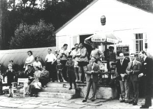 Vor dem Clubhaus
