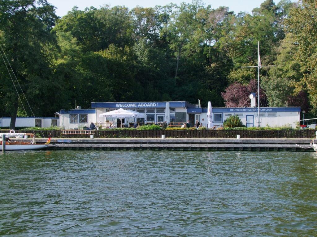 Das DBYC e. V. Clubhaus - Sicht vom Wasser